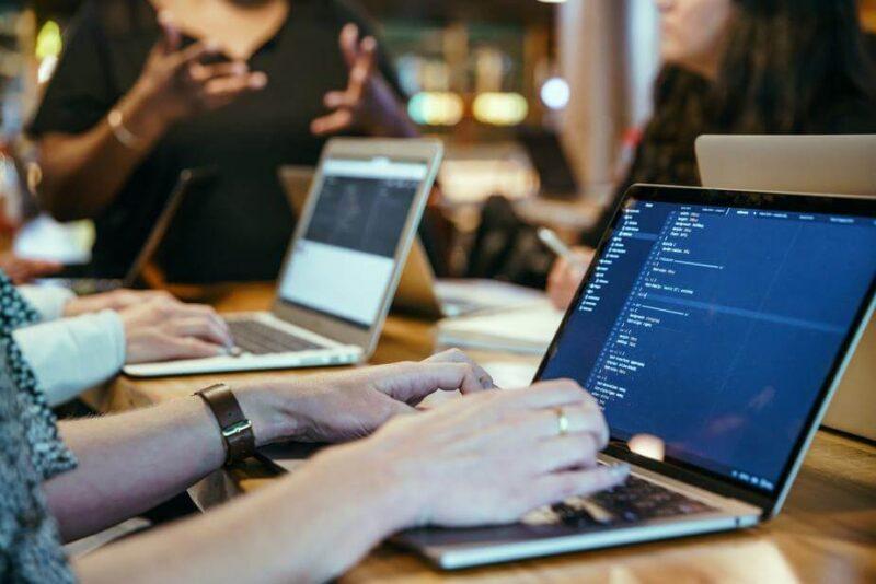 社内SEとしてプログラミングをするメリット/・デメリット